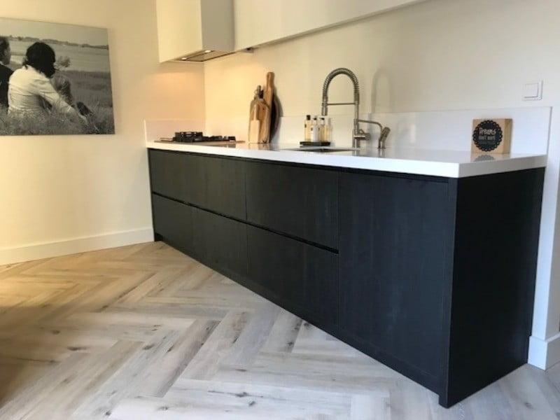 keuken zwart hoogwaardig kunstof houtnerf