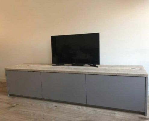 tv-kast op maat met steigerhout blad