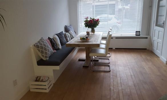 Wandbank inmeten meubels