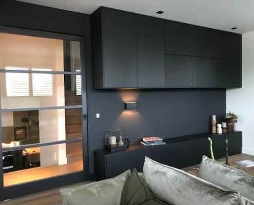 Zwarte wandkast woonkamer